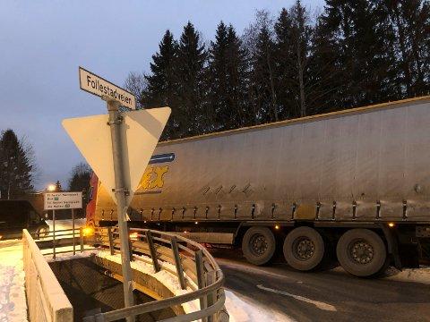 SPERRER: Den utenlandske traileren sperrer Follestadveien på brua over Åroseleva slik at beboerne i området må kjøre omvei for å komme seg inn og ut.