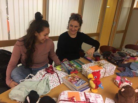 HEKTISK: Det tok en hel ettermiddag å gå igjennom alle gavene som hadde kommet inn. Her med Åshild Dybwad og Liv Anne Olafsen i Hurum Røde Kors.