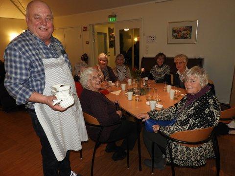 NI ÅR:Birger Auke og de andre frivillige har sservert middag i kirkestuen i ni år. Inger Bredland  (t.h) roser arrangementet med superlativer.