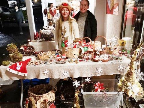 – Vi har solgt mange nisseluer og minijuletrær, forteller Julia Bekkevold  (t.v) og Ann-Helen Bogar.