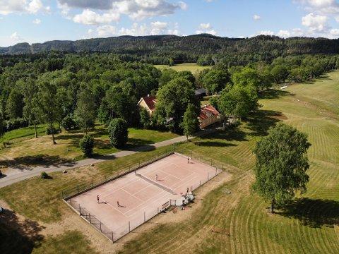 RÅFLOTT: Tennisbanen i bakgården til Grønsand gård ligger utsøkt plassert i skyggen av Bjørnåsen.