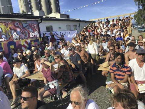 POPULÆRT: 300 personer var samlet i Slemmestad for å se finalen i Fotball-VM søndag. Arrangørene røper at også framtidige mesterskap kan bli vist på storskjermen.Foto: Innsendt