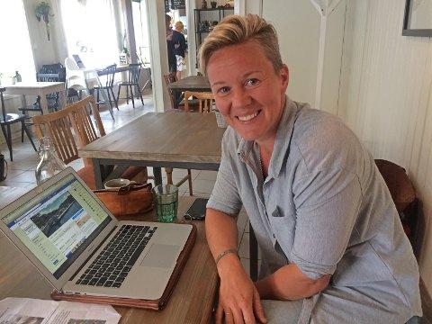 SYNLIG: Lillian Støa sørger for å samle info om alt som skjer i Slemmestad sentrum på facebook , instagram og web. Her sitter hun med laptopen på Café Plenum.
