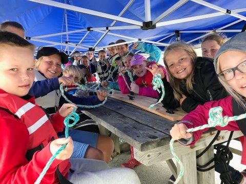 KNUTELÆRE: Barna lærer fire maritime knop il øpet av uken.