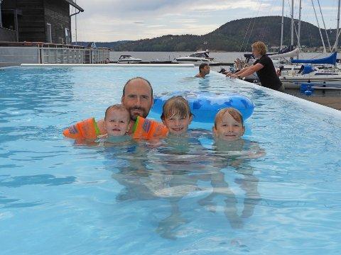 ÅRLIGE  GJESTER: Søsknene Magnus, Jakob og Ida sammen med pappa i bassenget på Holmsbu Hotell & spa-