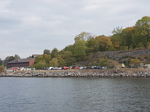 En rekke biler er et uvanlig syn på Kaholmen.