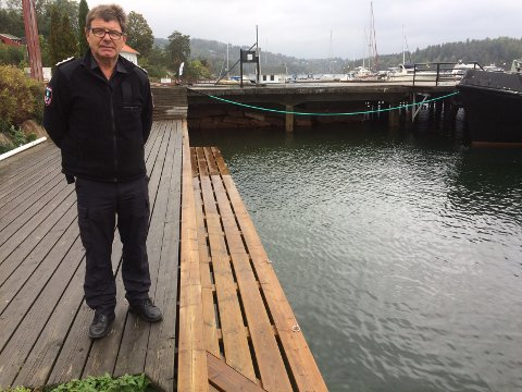 BRANNSJEF: Tom Folvik sier vi må forvente at trær velter og løse gjentander blir farlige. Her står han på brygga i Sætre, der vannet nesten når opp.