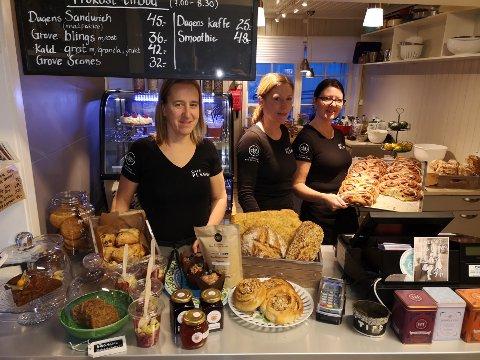 MORGEFUGLER: Lise Dammann, Mona Bergli og Heidi Sørensen Sagbakken sørger for at pendlerne og andre ikke starter arbeidsdagen på tom mage. Tilsammen har Cafe Plenum åtte ansatte.