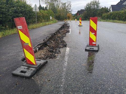 SPERRINGER: I påvente av nytt betongrekkverk er veien delvis sperret vest for Spikkestad.