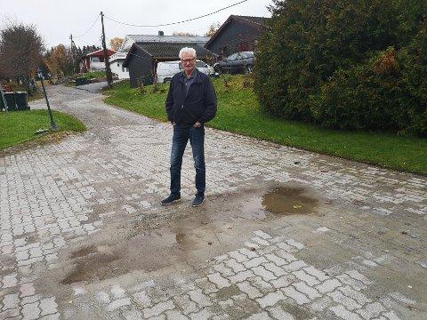 SLAM OG GRUS: Jan Ingar Holteng bor nederst i den gruslagte delen av Høgløkka. Når det regner samles slammet på Holtengs eiendom.