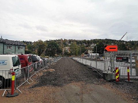 NY KJØRETRASÉ: Det er laget en midlertidig kjørevei parallelt med den gamle Kirkealléen , som nå er gjerdet inn i byggeplassen.