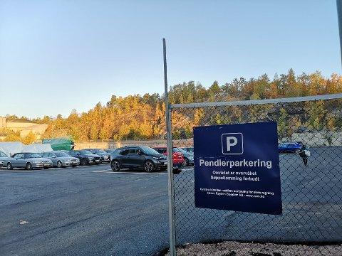 GRATIS: Overfor Norcem er det anlagt en stor ny parkeringsplass. Det er gratis å stå her.