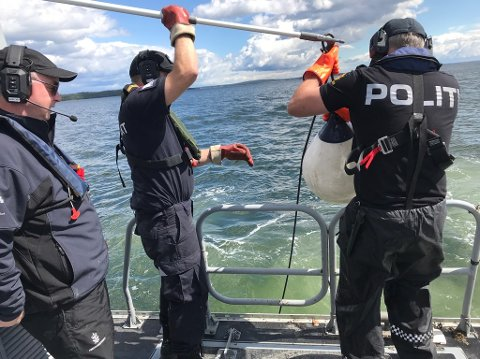 KONTROLL: Nærmere 2500 redskap har blitt kontrollert og 85 straffesaker er opprettet etter sommerens kontroll av fangstredskaper. Pressefoto: Politiet