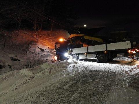 PÅ TVERS: Denne lastebilen endte på tvers mandag kveld. Det var svært glatt på stedet.