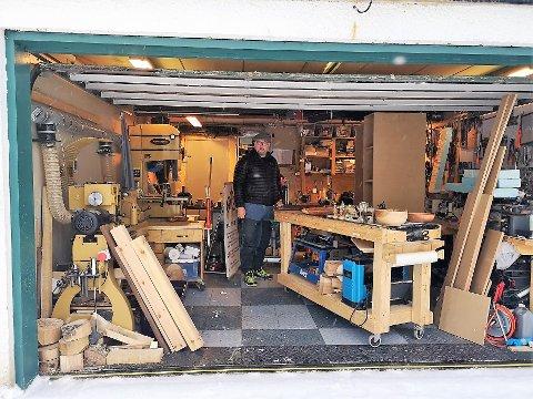 GARASJEVERKSTED: Mats Bjørnstad har henvist bilene til gårdsplassen og innredet garasjen til verksted.