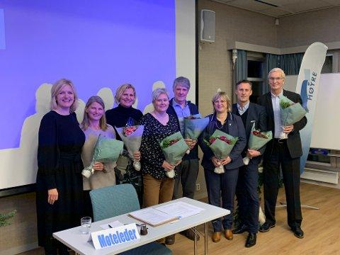 TAKK: Tre ordførere, to varaordførere og tre gruppeledere ble takket, fra vestre Cecilie Lindgren som delte ut blomster til Lene Conradi, Monica Vee Bratlie, Heidi Sorknes, Roar Skryseth, Eva Norén Eriksen, Håvard Vestgren og Hans A. Hveem.