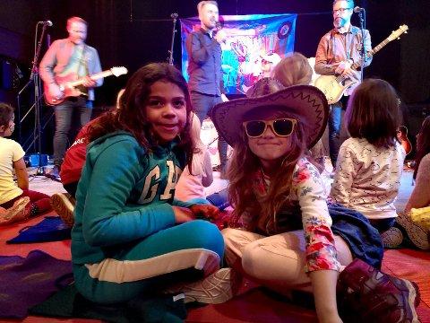VENNINNER PÅ BLUESKONSERT: Alina (8) og Emilie (7). Sistnevnte har kledd seg  «bluesriktig» med solbriller og hatt for anledningen.