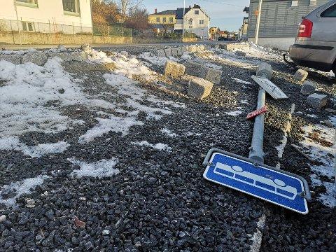 HORISONTALT SKILT: Busskiltet har vært forsøkt reist, men har falt ned igjen, opplyser Vegvesenet.