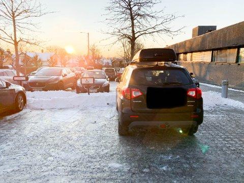 FEILPARKERTE: Elisabeth Holter-Schøyen parkerte bilen sin mellom de to handikapskiltene i den tro at det var en ekstra parkeringsplass der.