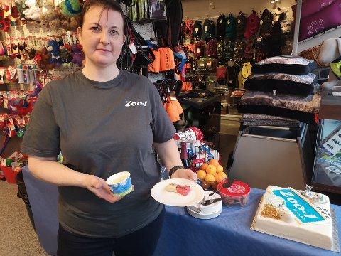 FEIRER DE FIRBENTE: Jenny Skulstad servere godbiter til de firbente kundene på jubileumsdagen. for Zoo-1.