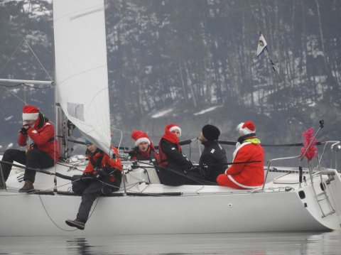 BÅTNISSER: Guttegjengen fra Bundefjorden  tok julen  og uniformene seriøst i fjor.