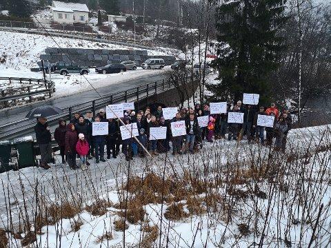IKKE BLIDE: Naboer til Åroselva og området der det er planlagt masseuttak av stein,  vil forsette å jobbe for at planene stoppes. Lørdagen før jul møtte ca 50 personer opp til demonstrasjon.