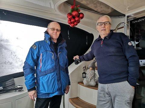 """NABOER: Edmond Martinsen og John Giæver  er etablerte båtboere. Her er begge om bord i båten  """"Tomboy"""" til Giæver."""