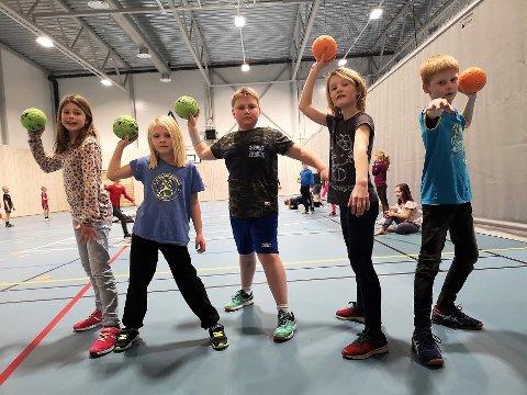FV. Ine, Sunniva. Jens Christian, Ronja og Anton fikk lære nye triks i håndball onsdag.