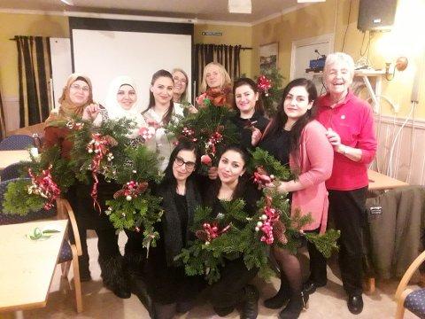 JULESAMLING: Noen av årets deltakere på julemøtet til Røde Kors Hurum.