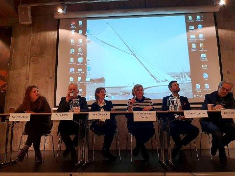Ordfører  Monica Vee Bratlie i Hurum (i midten) har lenge ønsket et fergetilbud til Sætre. Hun mener Kommunesenteret i Hurum er en aktuell plass å starte ettersom man ikke må ta hensyn til inngåtte kontrakter.