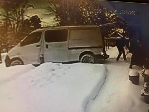 FILM: Overvåkingskameraet til Jan Nagell-Erichsen på Nesodden viser tydelig en bil som rygger inn på gårdsplassen hans på Berger. Halvannet minutt senere er snøfreseren lastet inn i bilen og av sted drar tyvene.