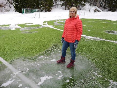 FARLIG GLATT: Lagleder og fotballmamma Cecilie Føreland frykter at flere av spillerene vil skade seg eller forsvinne fra klubben hvis ikke de får en tryggere bane å spille på.