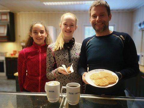 VERTER: Charlotte Sundnes, Hedda Brenne og Yngve Hellerud serverte på ROS-hytta lørdag.