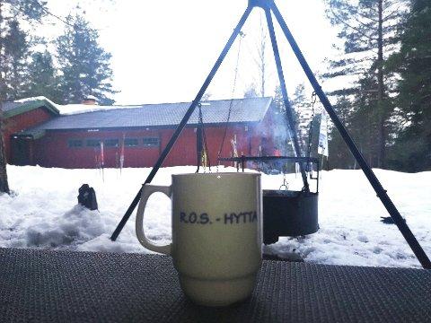 TRENGER HYTTEVAKTER: ROS-hytta i Kjekstadmarka er et populært utfartsmål om vinteren. Vil du være hyttevakt, kan du fåt vite mer om dette søndag.