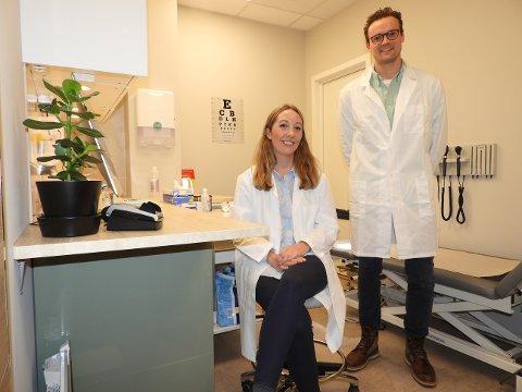 ÅPENT HVER DAG: Daniel Sørlie (35) er lege og daglig leder mens Anne Marte Ladim (33) er klinikkleder og lege ved Dr.Dropin i Asker.