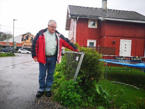 HUSEIER: Arne Vadseth viser gjerdet ved innkjørselen til eiendommen i Vaterlandsveien i Slemmestad sentrum.