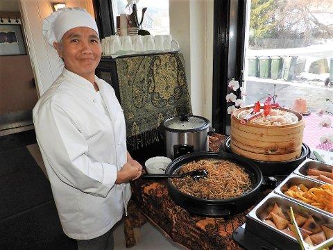 FORNØYD: Ketsanee Plaichompoo gleder seg over å servere thaimat til nye og gamle kunder.