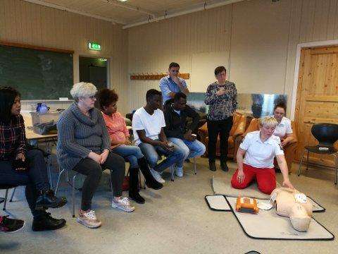 LYDHØRE: Tone Kaspersen demonstrerer hjertestarter for sitt publikum på Møtepunktet.