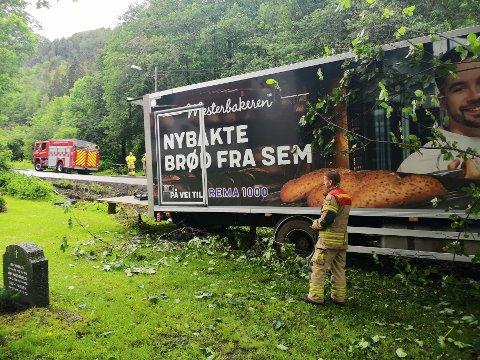 I HAGEN: Brødtraileren var nesten tom da den havnet i kapellehagen i Slemmestad onsdag morgen.