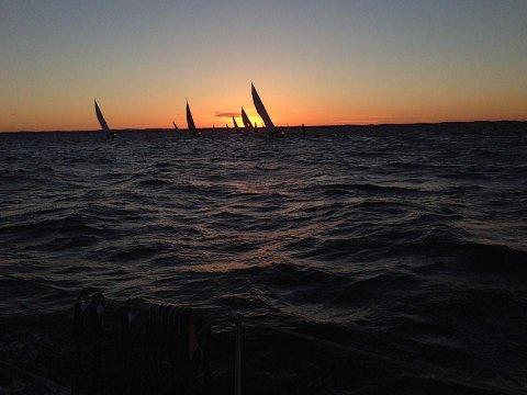ET DØGN: Færderseilasen er verdens største overnattingsregatta. De raskeste båtene runder Færden fyr.