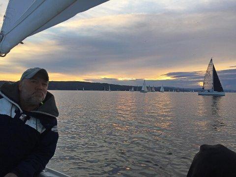 MOT FÆRDERNATT: Ove Jonsson og Øyvind Thoresen og Margerte Helle forteller om en flott kveld på sjøen i det de nærmer seg Drøbak og solen går ned.