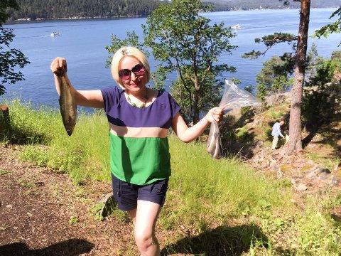 NAPP: Basma fra Syria viser begeistret frem fangsten hun fikk.