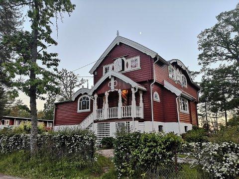 HEGGA: Har du vært på Rødtangen, innenfor porten til campingplassen, så har du mest sannsynlig også sett denne bygningen som lyser rødt melllom trærne. Her har Finnmarkslaget sitt ferieparadis.