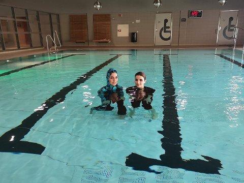 Rojda Alo fra Syria og Nora Aldjirri fra Irak mener det er viktig å kunne svømme, både for egen del og for barnas del.