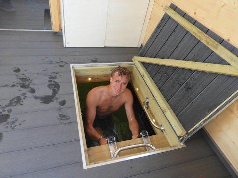 GULVLUKE: I forrommet til badstua er det en luke søm kan åpnes slik at man går rett ned i vannet. Praktisk hvis man vil avkjøle seg på kalde dager uten å gå ut i kald luft.