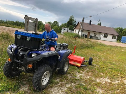 MORSOMT: Jan Ronnie Fretheim synes det er morsomt å gjøre dugand når det innbefatter å kjøre gressklipper.