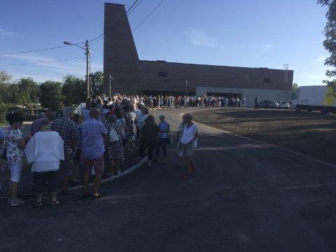 KØ: Kø av mennesker som vil inn på Teglen,Foto: Knut M. Winther