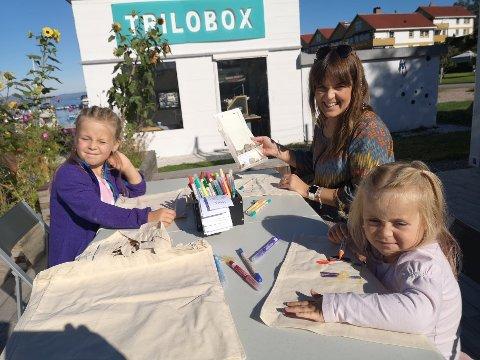 FIKK SVAR: Eira Øverkil og døtrene Adrielle og Aurora fikk svar på hva slags type stein de har funnet.