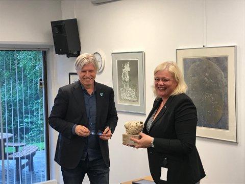PRISGITT: Klima – og miljøminister Ola Elvestuen (V) kom besøk til VEAS for å overrekke Asker Venstres Miljøpris 2019 til VEAS og administrerende direktør Ragnhild Borchgrevink. Prisen er en skulptur av en sjøpung signert Pippip Ferner.