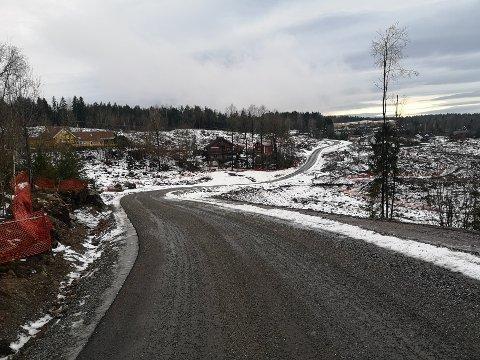 HELT NYTT: en helt nye vei tar form på Morbergtoppen over Slemmestad. Torvbråten skole sees helt bakerst i bildet.
